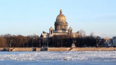サンクトペテルブルク、聖イサク大聖堂とネヴァ川冬 — ストックビデオ