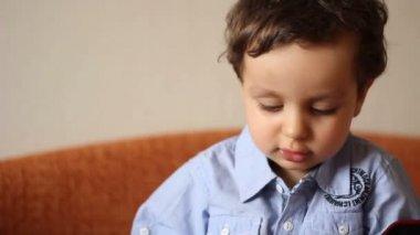 Portret młodego chłopca, który wywołuje profesjonalnych kamer — Wideo stockowe