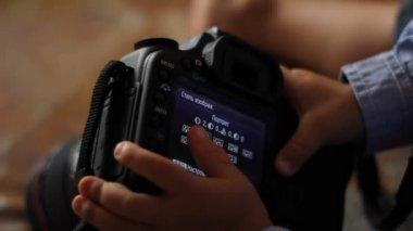 Profesionální fotoaparát, který zkoumá dítě — Stock video