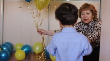 Grandmother gives his own grandson a bunch of balloons — Stock Video
