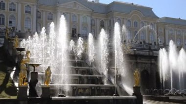 Sint-petersburg, peterhof, cascade van fonteinen — Stockvideo