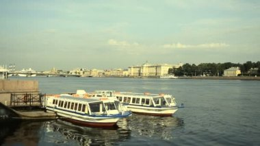 St. Petersburg, Tour boats at the pier — Stock Video