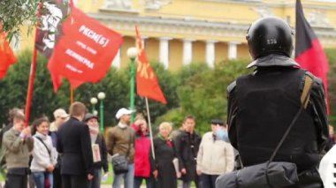 Political rally and Riot police guard in Russia — Stock Video
