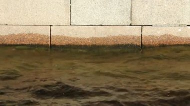 Water level near a stone embankment — Vídeo de Stock
