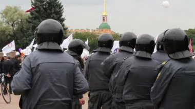 Riot police row watching passing political meeting, Russia — Stock Video