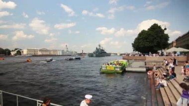 Tour boats, military vessels on Neva river, St. Petersburg, Russia — Stock Video