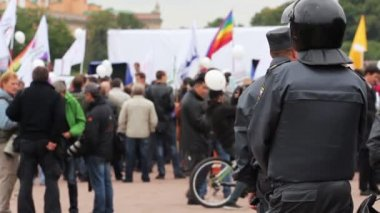 Riot police watching passing rally, Russia — Stock Video