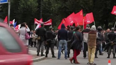Column of protesters with red flags, Russia — Stock Video