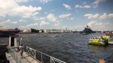 Panorama of Neva river, Tourists on embankment, St. Petersburg, Russia — Stock Video