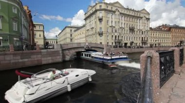 Tour ships turn to the Winter canal, St. Petersburg, Russia — Stock Video