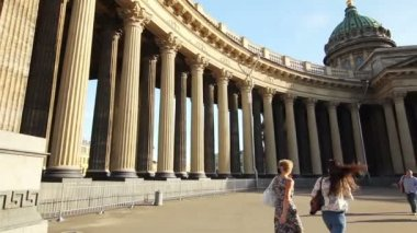Two girls walking near The Kazan Cathedral, St. Petersburg, Russia — Stock Video