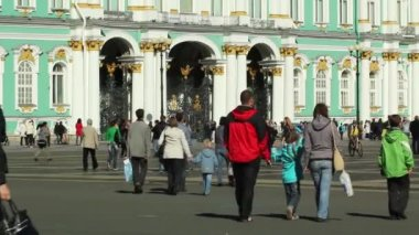 Tourists walking in Palace Square, St. Petersburg, Russia — Stock Video