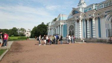 Tourists near the Grotto Pavilion, Tsarskoe selo, St. Petersburg, Russia — Stock Video