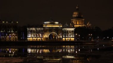 St. Petersburg, The Admiralty building and Isaac Cathedral at night — Stock Video