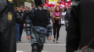 Riot gear escorted convoy of protesters in Russia — ストックビデオ