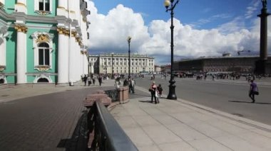 (pan)Tourists walking on Palace Square, St. Petersburg, Russia — Stock Video