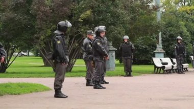Full riot gear stand in a city park, Russia — Stock Video