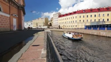 Tourboat in inland river, St. Petersburg, Russia — Stock Video