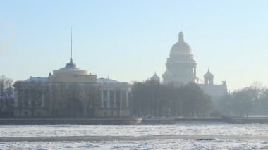 St. Petersburg, The Admiralty building and Isaac Cathedral in winter — Stock Video