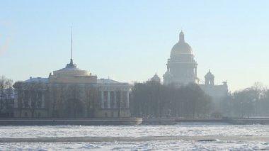 St. petersburg, budova admirality a isaac katedrála v zimě — Stock video