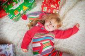 Kat fith noel hediyeleri üzerinde yatan kız — Stok fotoğraf