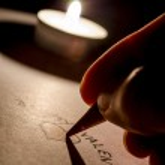 escrevendo uma mensagem de dia dos namorados — Foto Stock