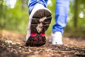 Detalle de caminar en el bosque — Foto de Stock