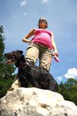 беременная woam на прогулку со своей собакой — Стоковое фото