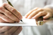 Signing divorce papers — Stock Photo