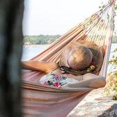 Kvinnan koppla av i en hängmatta — Stockfoto