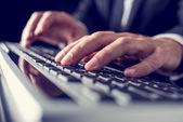 Utilizando el teclado de la computadora — Foto de Stock