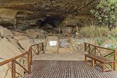 Clay figures of long past San people (Bushman) in Giants Castle Cave — Stockfoto