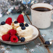 Coffee and Christmas dessert with fresh berries — Stock Photo