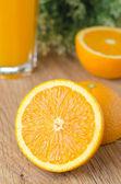 オレンジ色のテーブルの上半分にカット — ストック写真