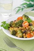 Теплый салат с брокколи, изюм, нут, крупным планом — Стоковое фото