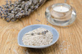Sól morska z lawendy i świeca na drewnianym stole — Zdjęcie stockowe