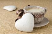 Kaka med glasyr i form av hjärta och en kopp kaffe — Stockfoto