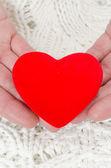 Coração vermelho nas mãos dos homens — Fotografia Stock