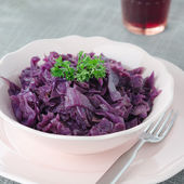 Braised red cabbage with apple — Stock Photo