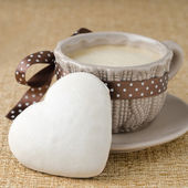 Cake with icing in the form of heart and a cup of coffee — Stock Photo