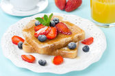 Crispy toast with honey and fresh berries for breakfast — Stock Photo