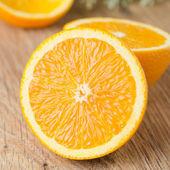 Hälften en orange på bordet — Stockfoto