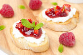 Toasted baguette with cream cheese, raspberry jam and raspberry — Stock Photo