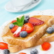 Crispy toast with honey, fresh strawberries and blueberries — Stock Photo