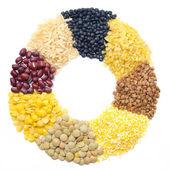 Assortiment de céréales et légumineuses sous forme d'un cercle — Photo