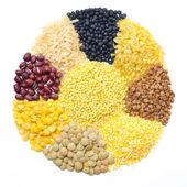 Assortiment de céréales et légumineuses sous forme d'un cercle isolé — Photo