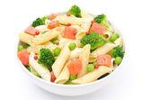 Salade de pâtes, saumon fumé, brocolis, pois verts isolés — Photo