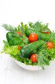 Kom met verse groenten en kruiden voor salades — Stockfoto