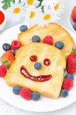 Tostadas con una sonrisa de un atasco, bayas frescas para el desayuno — Foto de Stock