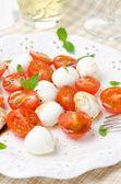 Salade met mini mozzarella, cherry tomaten en verse basilicum — Stockfoto